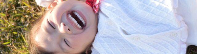 子供が笑っている写真